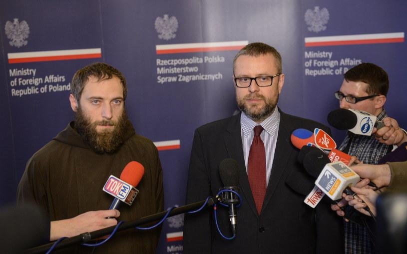 Rzecznik MSZ Marcin Wojciechowski (P) i prezes fundacji Kapucyni i Misje o. Tomasz Grabiec (L). /Jakub Kamiński   /PAP