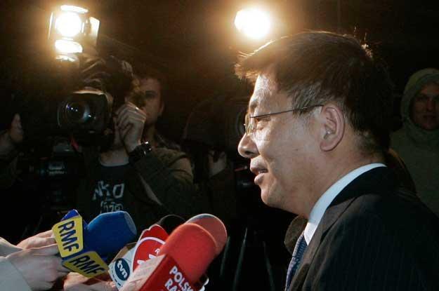 Rzecznik prasowy firmy Covev Yang Wencheng podczas konferencji prasowej /PAP