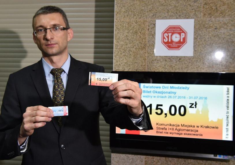 Rzecznik prasowy krakowskiego MPK Marek Gancarczyk prezentuje specjalny bilet Komunikacji Miejskiej /Jacek Bednarczyk /PAP