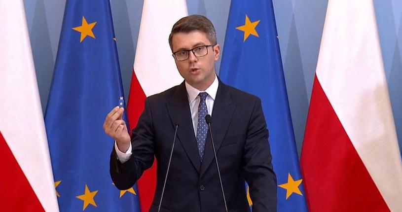 Rzecznik prasowy rządu Piotr Müller prezentuje klucz U2F, ma on być używany przez polityków. Zrzut ekranu z konferencji prasowej KPRM /INTERIA.PL
