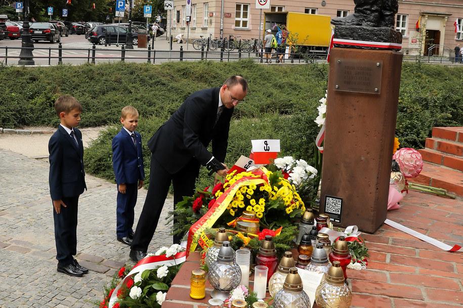 Rzecznik Praw Dziecka Mikołaj Pawlak złożył wieniec pod pomnikiem Małego Powstańca na warszawskiej Starówce. /BIURO RPD /