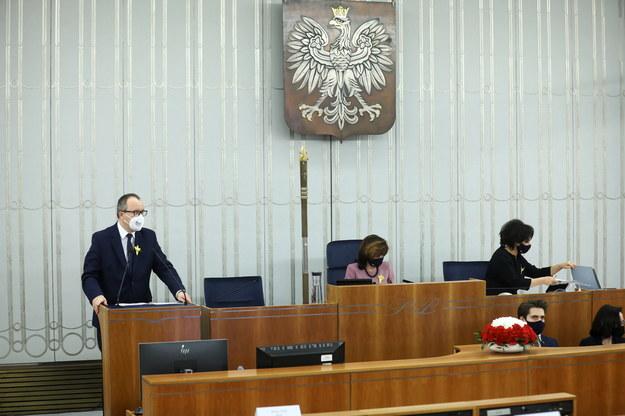 Rzecznik Praw Obywatelskich Adam Bodnar (L) oraz wicemarszałek Senatu Gabriela Morawska-Stanecka (2L) na sali plenarnej Senatu w Warszawie /Rafał Guz /PAP