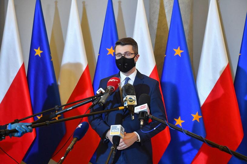 Rzecznik rządu Piotr Mueller podczas konferencji po spotkaniu premierów Polski i Węgier / Radek Pietruszka   /PAP