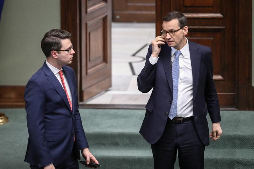 Rzecznik rządu Piotr Müller i premier Mateusz Morawiecki /fot. Andrzej Iwanczuk /Reporter