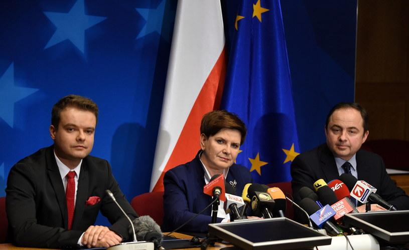 Rzecznik rządu Rafał Bochenek, premier Beata Szydło i wiceminister spraw zagranicznych Konrad Szymański /Radek Pietruszka /PAP