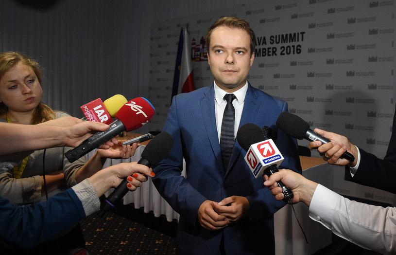 Rzecznik rządu Rafał Bochenek rozmawia z dziennikarzami podczas nieformalnego szczytu UE w Bratysławie. /Radek Pietruszka /PAP