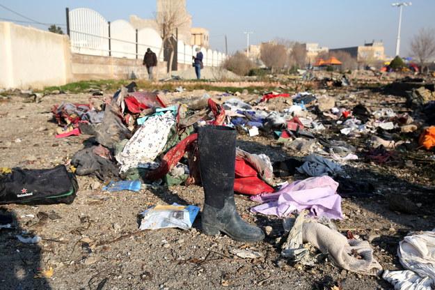 Rzeczy ofiar samolotu były widoczne w miejscu katastrofy wiele godzin po wypadku /Abedin Taherkenareh   /PAP/EPA