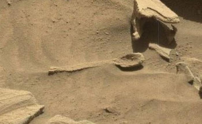 Rzeczywiście, znalezisko przypomina wyglądem łyżkę, ale to zapewne niewielka formacja skalna /NASA