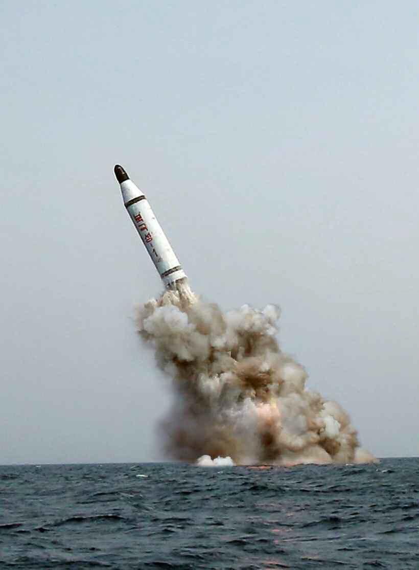 Rzekome wystrzelenie z okrętu podwodnego nowej północnokoreańskiej rakiety balistycznej /RODONG SINMUN  /PAP/EPA