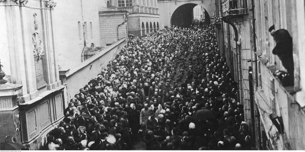Rzesze wiernych pod Ostrą Bramą po wyzwoleniu Wilna w 1919 r. Na pierwszym planie w środku Józef Piłsudski /Z archiwum Narodowego Archiwum Cyfrowego