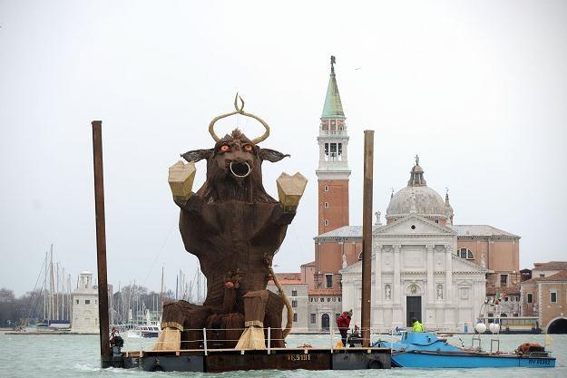 Rzeźba byka o wysokości 9 metrów wita wszystkich przybyłych do Wenecji. /AFP