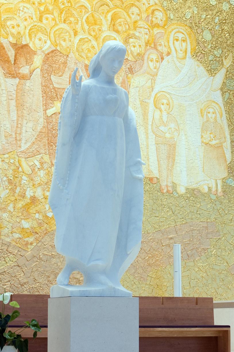 Rzeźba Matki Boskiej Fatimskiej w Bazylice Trójcy Przenajświętszej /Styl.pl/materiały prasowe