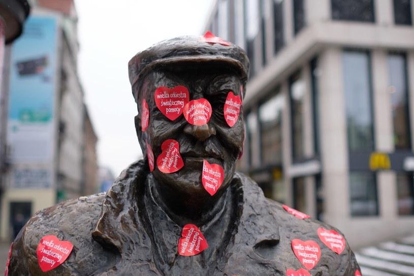 Rzeźba przedstawiająca Starego Marycha oklejona serduszkami WOŚP w Poznaniu, podczas 25. Finału WOŚP /Jakub Kaczmarczyk /PAP