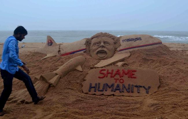 Rzeźba w piasku upamiętniająca pamięć osób lecących boeingiem /STR /PAP/EPA