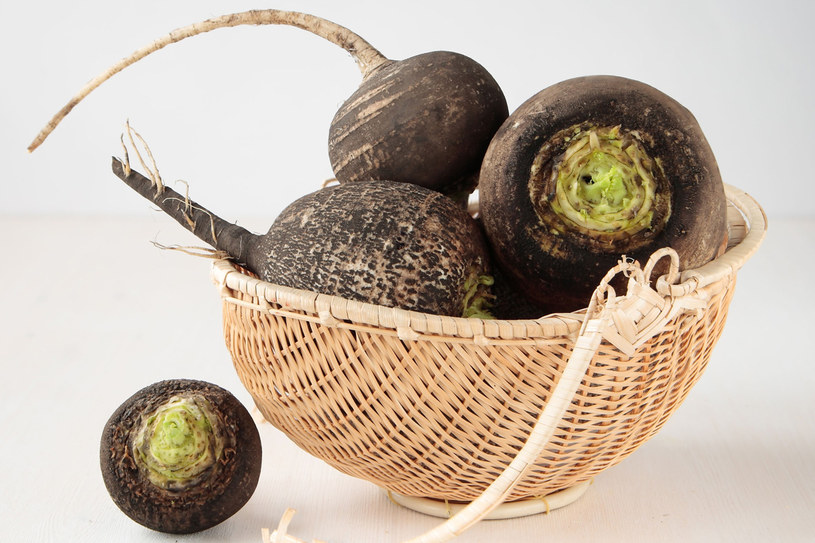 Rzodkiew zawiera także olejki gorczyczne, nadające jej intensywny zapach i ostry smak. Pobudzą one ukrwienie skóry i wzmocnią cebulki włosów /123RF/PICSEL
