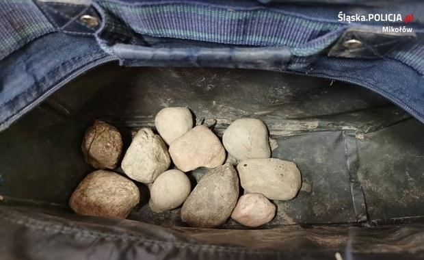 Rzucał kamieniami w dom. Myślał, że mieszka w nim jego teściowa