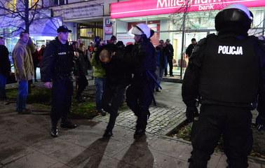 Rzucali w policjantów kamieniami i koszami [FILM]