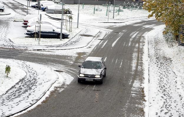 Rzucanie śniegiem w samochody może się źle skończyć /PAP