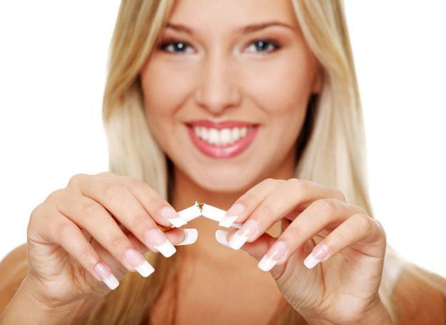 Rzucenie palenia sprawi, że będziesz miała lepsze samopoczucie /123RF/PICSEL