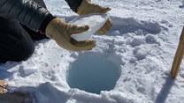 Rzucili kawałek lodu prosto do dziury. Efekt?