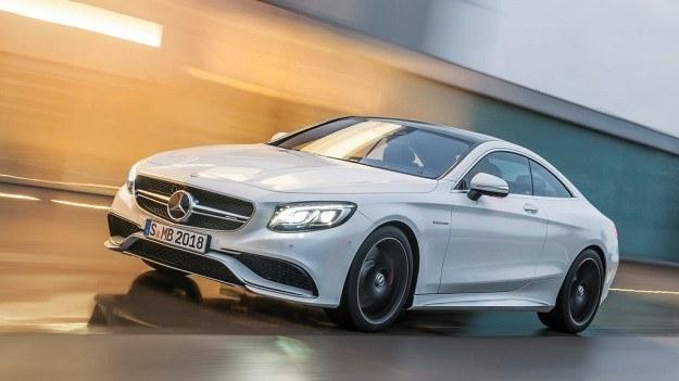 """S 63 AMG Coupe wyróżnia się charakterystycznymi dla modeli AMG elementami, m.in. osłoną chłodnicy z """"podwójnym ostrzem"""", prowadnicami powietrza oraz emblematem V8 Biturbo na błotnikach. /Mercedes"""