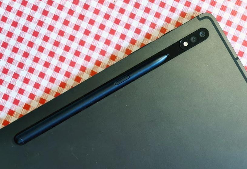 S-Pen ładuje się po umieszczeniu go na tylnej części tabletu /INTERIA.PL