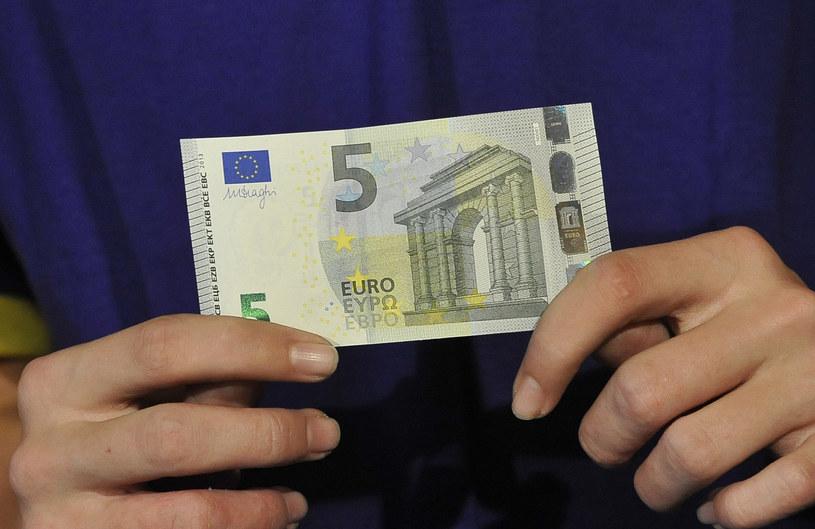 Są problemy z nowymi banknotami, odmawiają ich przyjmowania /AFP