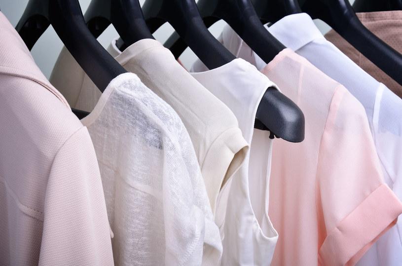 Są ubrania, które nigdy nie wyjdą z mody - warto na nie postawić /123RF/PICSEL