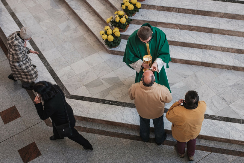 Są wydane we wszystkich diecezjach dyspensy, tzn. nikt nie będzie miał grzechu ciężkiego, kiedy nie będzie uczestniczył w mszy - mówi rzecznik KEP /Piotr Dziurman /Reporter
