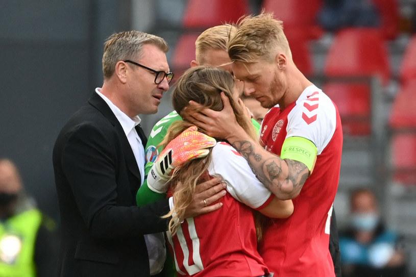 Sabrina Kvist Jensen, partnerka Christiana Eriksena, nie kryła emocji. Pocieszali ją koledzy z drużyny ukochanego /JONATHAN NACKSTRAND /East News