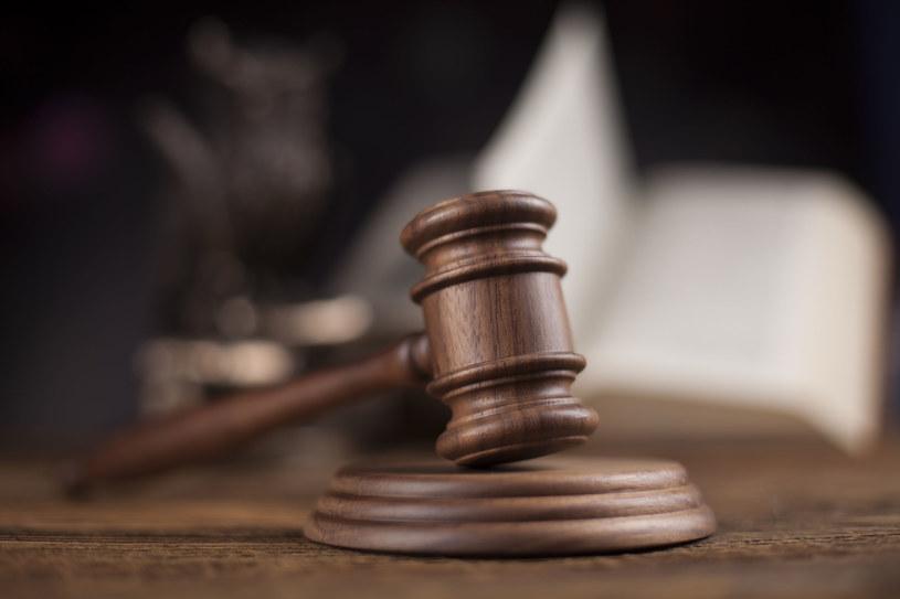 Sąd wydał wyrok. Ojciec, którego syn został zastrzelony, ma zapłacić grzywnę /123RF/PICSEL