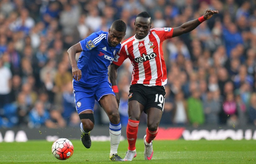 Sadio Mane (z prawej) w walce z Ramiresem z Chelsea /AFP