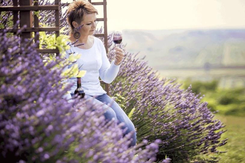 Sadzimy winorośl, a co z niej wyrośnie, okaże się po jakimś czasie. Trzeba pielęgnować, wkładać całe serce, nie liczyć kosztów. Ale potem, gdy wino dojrzewa, nabiera charakteru, czujemy dumę. Zupełnie jak z dzieckiem – mówi Sylwia Paciura. fot. Adam Kozak /Twój Styl