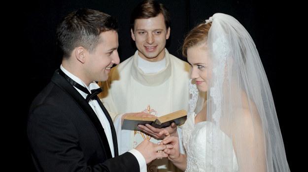 Sakramentu ślubu udzieli młodym odnaleziony niedawno Kostek (Sławomir Doliniec), czyli biologiczny brat Bożenki. /Agencja W. Impact