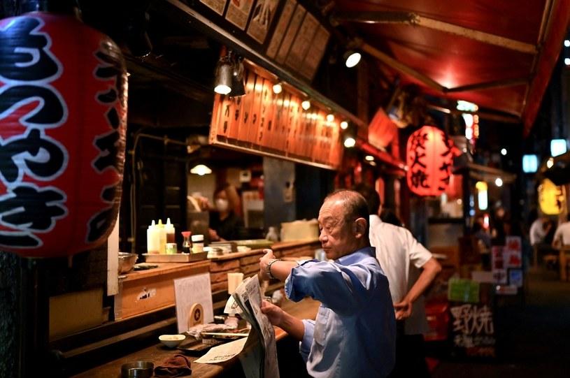 Sakura, starszy mężczyzna czytający gazetę - ludzie wyrabiają sobie zdanie o Japonii na podstawie zdjęć /AFP