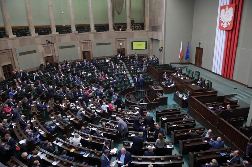 Sala obrad podczas wieczornych głosowań w drugim dniu 73. posiedzenia Sejmu / Marcin Obara  /PAP