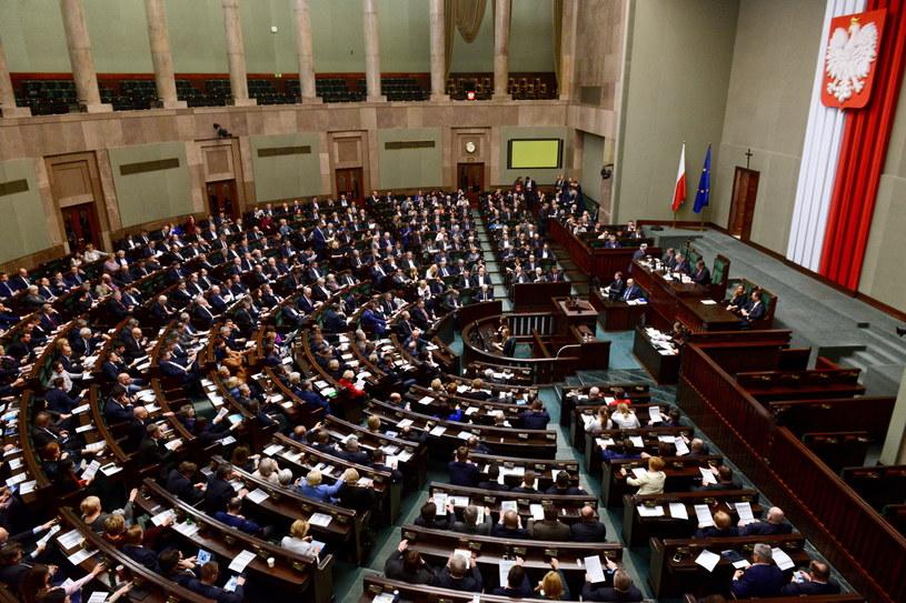 Sala plenarna podczas bloku wieczornych głosowań w Sejmie / Jakub Kamiński    /PAP