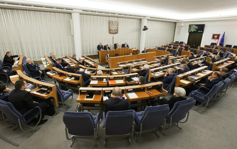Sala posiedzeń Senatu w nocy z 23 na 24 bm. /Paweł Supernak /PAP