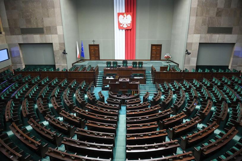 Sala sejmowa przed inauguracyjnym posiedzeniem Sejmu IX kadencji / Radek Pietruszka   /PAP