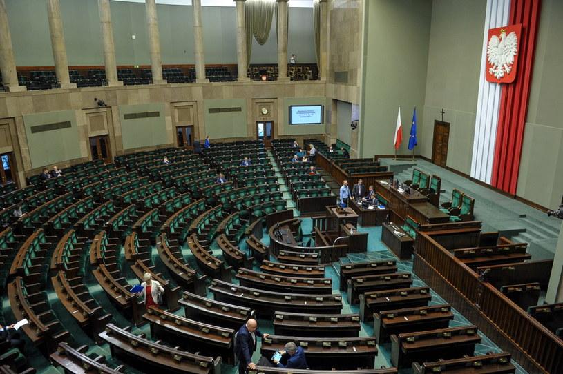 Sala sejmowa przed rozpoczęciem posiedzenia /Marcin Obara /PAP