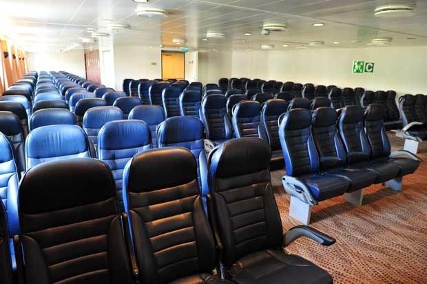 Sala z fotelami lotniczymi na promie pasażersko-samochodowym MF Mazovia /PAP