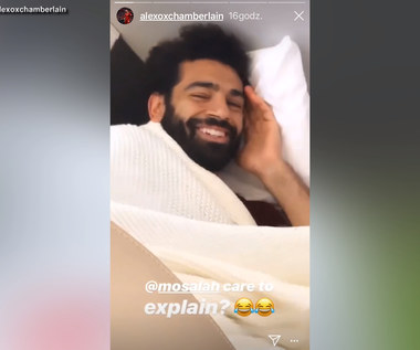 Salah poprawił humory piłkarzom Liverpoolu. Został nagrany, jak śpi na podłodze w samolocie. Wideo