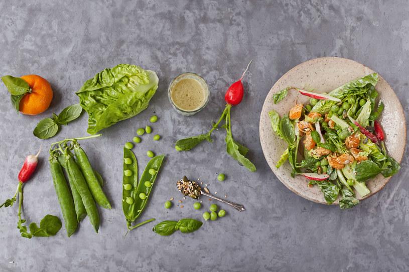 Sałata gem, rzodkiewki, groszek i klementynka, fot. Jamie Oliver © Jamie Oliver Enterprises Limited 2015 /materiały prasowe
