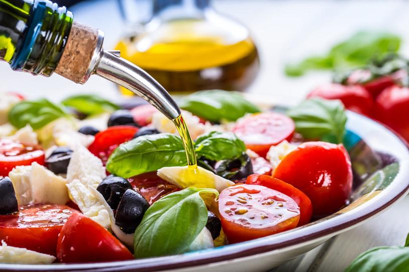 Sałatka grecka świetnie smakuje z grillowanymi potrawami /123RF/PICSEL