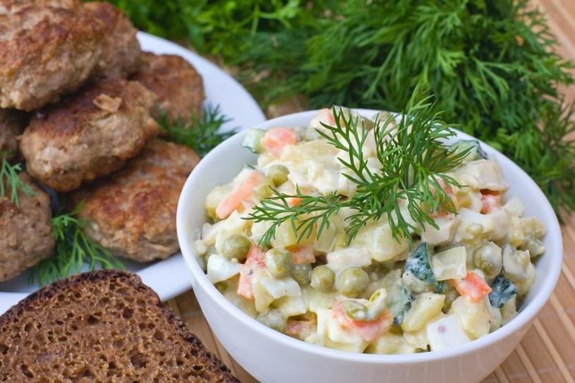 Sałatka może być dodatkiem do obiadu, albo samodzielnym daniem /123RF/PICSEL