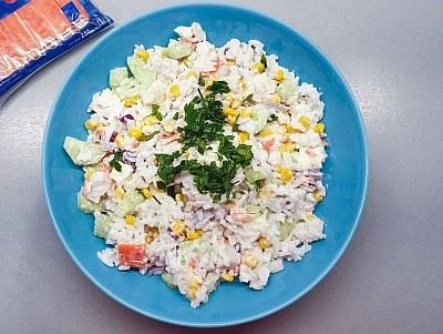 Sałatka ryżowa z paluszkami surimi /materiały prasowe