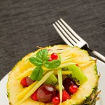 Sałatka w ananasie, pod pierzynką