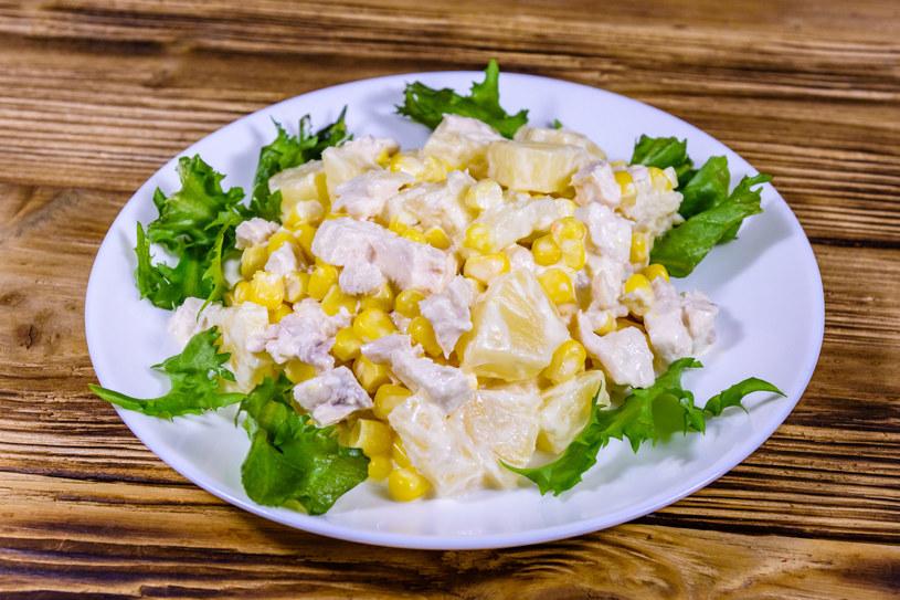 Sałatka z ananasem /123RF/PICSEL