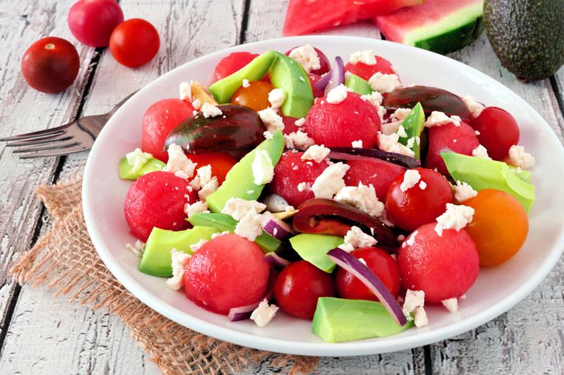 Sałatka z arbuzem, awokado i pomidorami /123RF/PICSEL