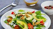 Sałatka z awokado, orzechami i pomidorkami